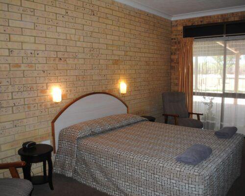 deluxe-queen-room-longreach-accommodation-2000x1339