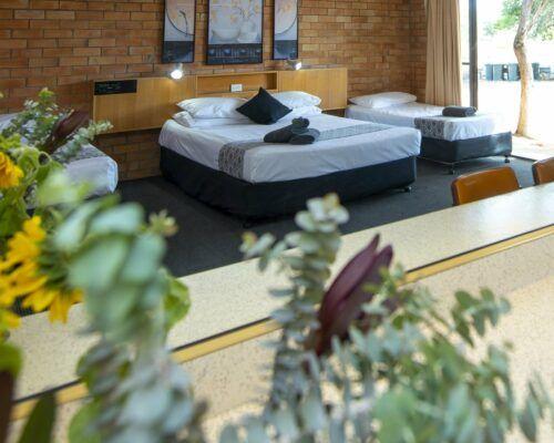 longreach-accommodation-jumbuck-motel-family-room (10)