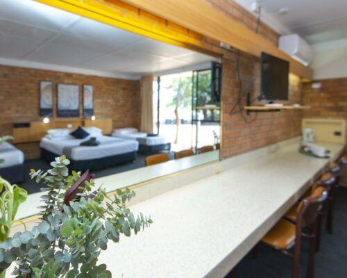 longreach-accommodation-jumbuck-motel-family-room (11)