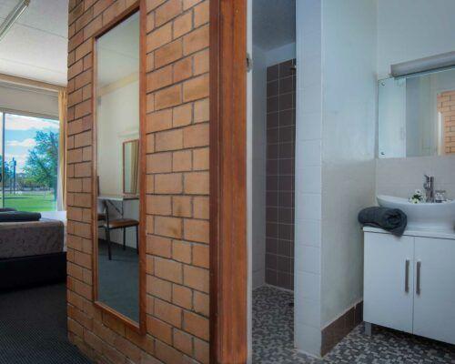 longreach-accomomodation-jumbuck-motel-queen-room (14)