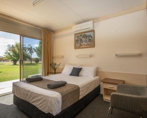 longreach-accomomodation-jumbuck-motel-queen-room (2)