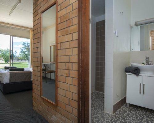 longreach-accomomodation-jumbuck-motel-queen-room (8)