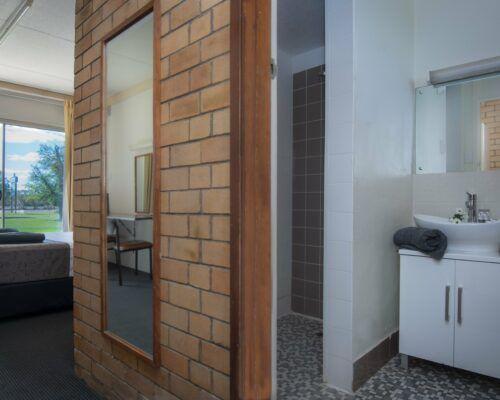 longreach-accomomodation-jumbuck-motel-queen-room (9)