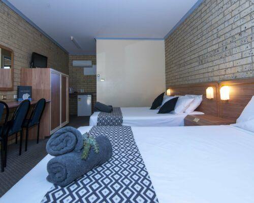 longreach-albert-park-twin-room (11)