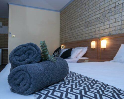 longreach-albert-park-twin-room (5)