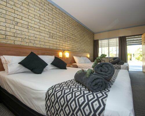 longreach-albert-park-twin-room (7)