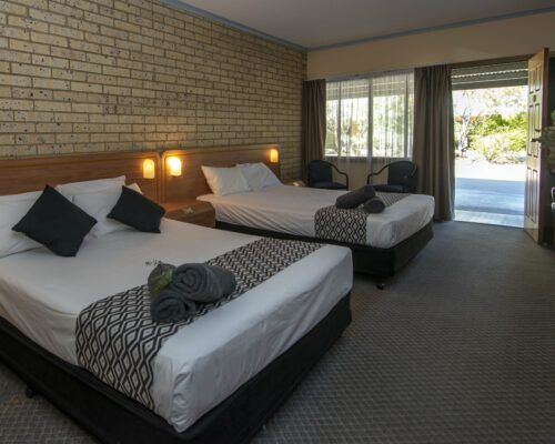 longreach-albert-park-twin-room (9)