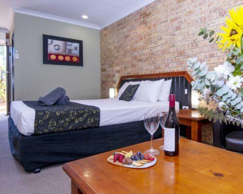 longreach-motel-albert-park-executive-king-room (1)