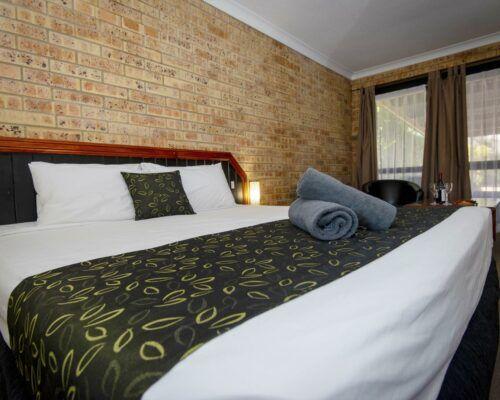 longreach-motel-albert-park-executive-king-room (2)