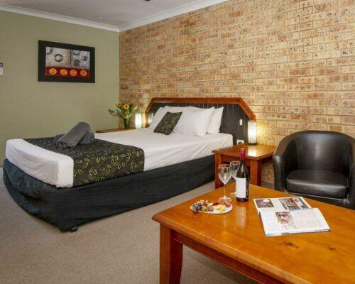 longreach-motel-albert-park-executive-king-room (3)