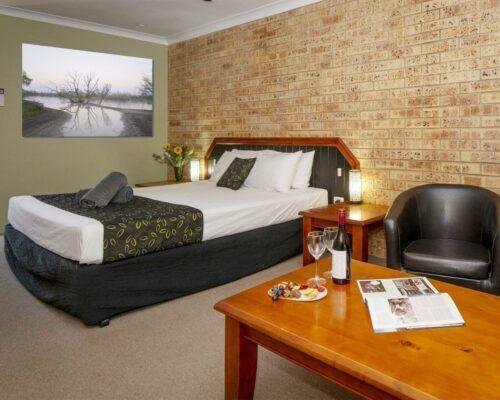 longreach-motel-albert-park-executive-king-room (6)