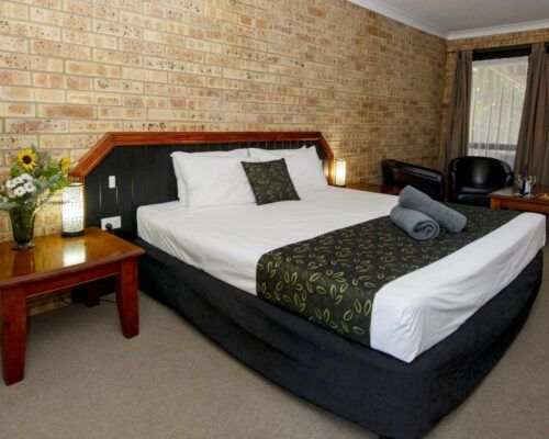 longreach-motel-albert-park-executive-king-room (8)